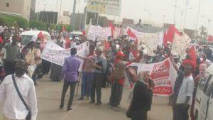 جموع غفيرة تُشيًع فاطمة و شباب الشيوعي يعترضون طريق بكري و عبد الرحيم و هارون