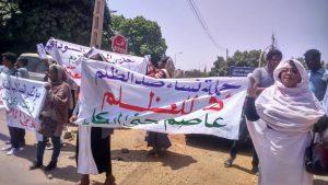 """وقفة نسائية تضامنية مع عاصم شعارها """"لا للظلم عاصم جنى الكل"""""""