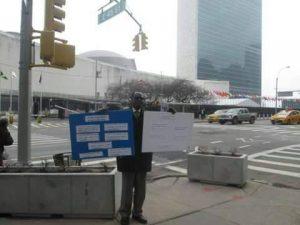 سوداني يضرب عن الطعام في شوارع نيويورك تضامناً مع الشعب السوداني
