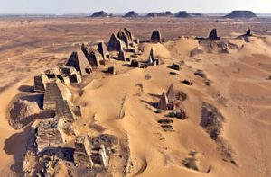 والي نهر النيل يعلن  اكتشاف الهرم التاسع بالبجراوية