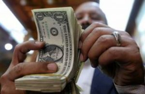 ارتفاع أسعار الدولار بالسوق الموازي والتجار يرجعون السبب لزيادة الطلب