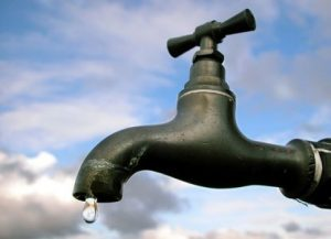 أهالي مربع 48 بمدينة كوستي ينظمون وقفة احتجاجية للمطالبة بحل أزمة المياه