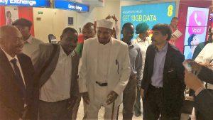 استقبال حاشد للإمام الصادق المهدي في مطار هيثرو بلندن