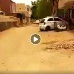 قيل إنه في حي المنشية بالخرطوم: فيديو يظهر مجرماً يغتصب فتاة في الشارع في وضح النهار