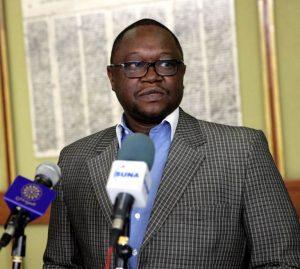 نواب بالبرلمان يجمعون توقيعات للمطالبة بإقالة مستشار رئيس البرلمان