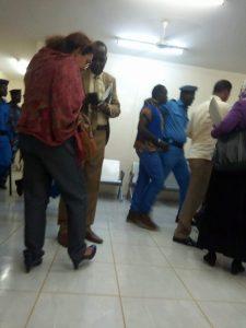 تأجيل محاكمة عاصم عمر: أفراد من الشرطة يعتدون على محامية الدفاع ويهينون أسرته