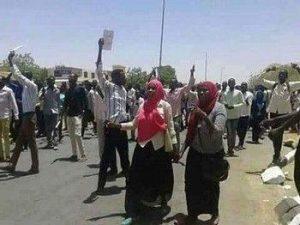 مواطنون يعبرون عن سخطهم من مقطع فيديو لعنصر أمن يهدد من يخرج للشارع