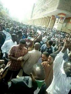 الأجهزة الأمنية تكثف وجودها …  الآلاف يتظاهرون بوسط الخرطوم والأحياء