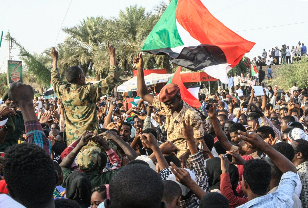 ناشطون يدعون إلى مليونية الخميس المقبل لاعادة منسوبي القوات المسلحة الذين انحازوا للثورة
