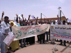 صحافيون يسلمون مذكرة لـ (العسكري ) تطالب بحل اتحاد الصحافيين وتجميد أرصدته