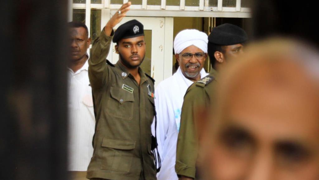 الجزيرة: البشير يشكو البعوض وشقيقه عبدالله يؤكد براءته والرعب أصاب هارون يوم الفض