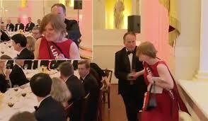 وزير بريطاني يعنف امراة ويوقف عن العمل