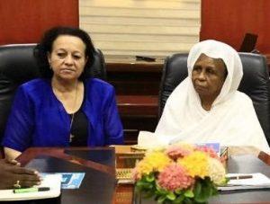 طالبت  بمشاركة النساء في المفوضيات ..  عائشة موسى ورجاء نيكولا تتسلمان مذكرة من الاتحاد النسائي