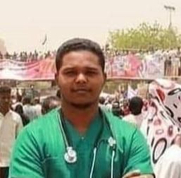 قضى فترة بالعناية.. لجنة الأطباء: وفاة عمار ياسر أحد أطباء اعتصام القيادة