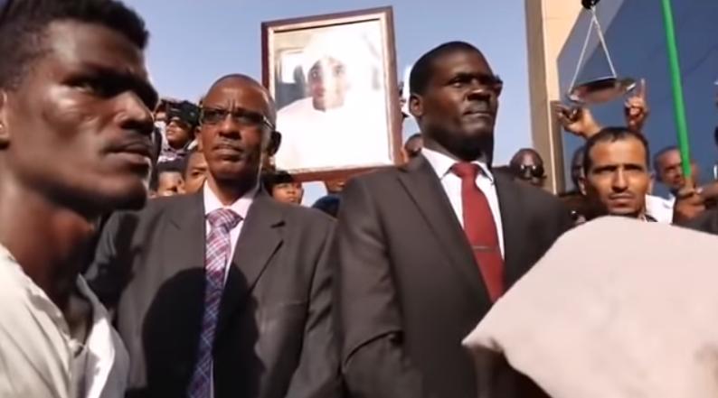 جماهير غفيرة تصل إلى وزارة العدل وتسلم مذكرة  لمحاسبة رموز النظام السابق