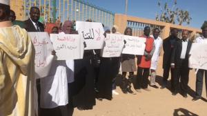 وقفة احتجاجية تطالب بتنظيف وزارة الصحة من منسوبي العهد البائد