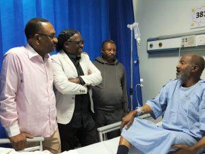 وفد من جمعية الصحفيين يزور الزميل عبدالسلام مصطفى في المستشفى
