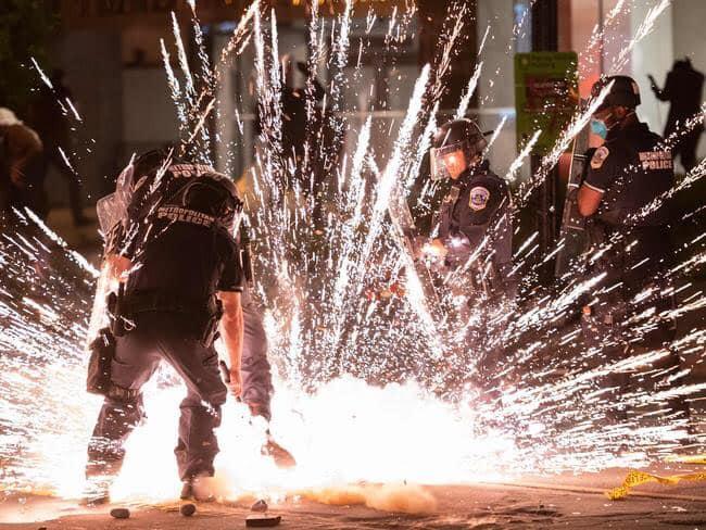 أحداث أميركا.. المصورون يبدعون تحت الاعتداء من المتظاهرين والشرطة