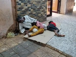 شاب يستضيف أسرة تقطعت بها السبل في الشارع العام