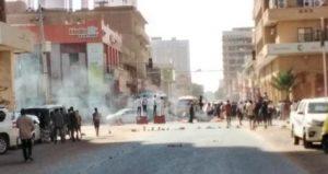 انطلاق مواكب جوار القصر الجمهوري بالخرطوم وإشعال النيران بالشوارع