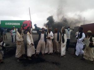محتجون يغلقون الطريق القومي وإرجاع البصات السفرية من سنكات