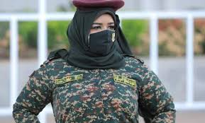 """""""ندى القلعة"""" تظهر بملابس عسكرية على الحدود الشرقية أثناء استعراضات للجيش"""