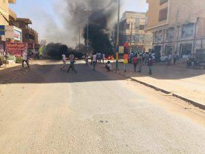 محتجون يغلقون الشوارع الرئيسية بالخرطوم