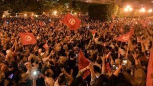 التونسيون يحتفلون في الشوارع ابتهاجا بقرار الرئيس
